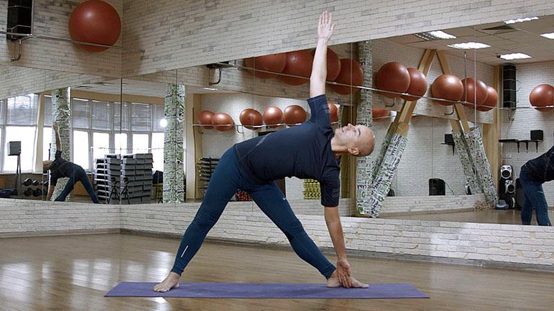 йога для начинающих - Уттхита Триконасана